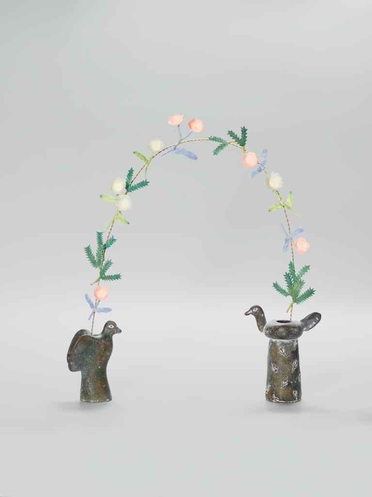 三上想《鳥の青銅花器と繋ぐ花》